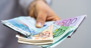 Wypłata pensji w obcej walucie - sprawdź jak na tym nie stracić!